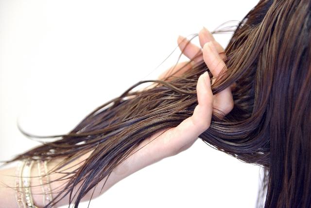 湿気でまとまらない髪対策!その原因とは?