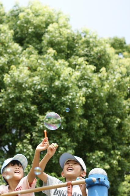夏休みの自由研究遊びながら学べる科学実験!虹色シャボン玉をつくろう